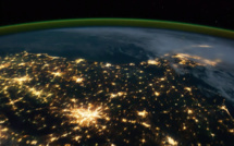 La terre vue depuis un satellite a vitesse réelle